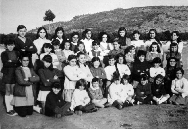 Foto escolar amb la senyoreta Alicia. Sellent 1967