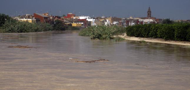 Inundación del Xúquer en el tramo bajo del río, con el casco urbano de Riola al fondo.