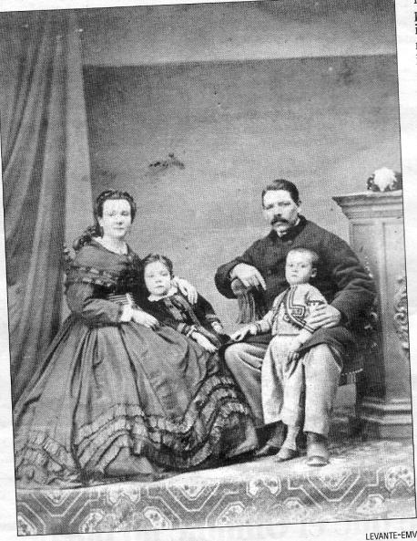 """La familia Bartolomé Alcaraz a finals del segle XIX. El fill va ser el 1r senyoret de la finca """"el Pou"""""""
