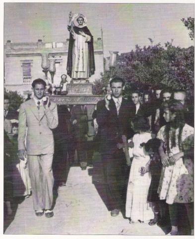 """Any 1945. Processó, des de la finca """"el Pou"""".   (portadors de les andes:Camilo Martí Solves i Ricardo Bono Marín)"""