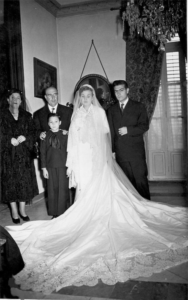Casament de la filla dels senyorets del Pou,Adoración Rodríguez de Paterna del Solar Campero Juarez de Negrón, acompanyada pel novio D. Enrique Sala Iniesta.A l'esquerre, els senyorets i el seu fill major