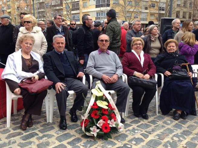 Ofrenda realizada por algunos familiares de las víctimas de Sellent en el homenaje realizado en la estación de Renfe de Xàtiva